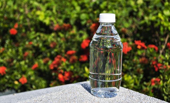 Als je je dag doorbrengt in buiten en onder de zon, moet je tussen twee en drie liter water drinken. Als u dit niet doet, kan dit leiden tot uitdroging en lichaamspijn verhogen.