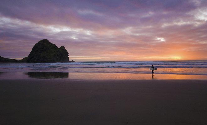 U hoeft niet honderden kilometers te reizen als u wilt surfen in Nieuw-Zeeland en u woont in Auckland. Van de stad Sals naar het strand van de piano les duurt het 45 minuten met de auto.
