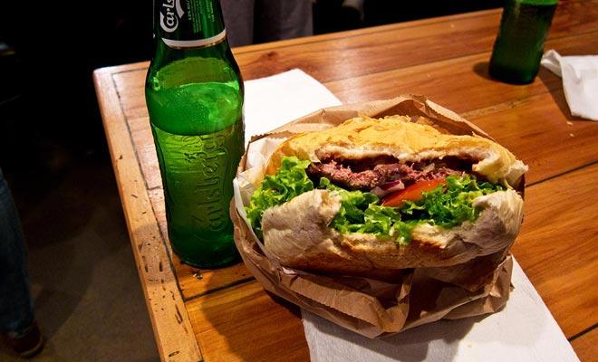 De ingrediënten die u bij de Fergburgers koken, zijn vers, beginnend met het brood dat ter plaatse wordt gemaakt. Niets gemeen met fastfood. Wie zei dat hamburger niets te maken heeft met gastronomie?