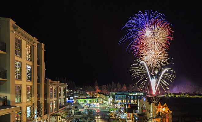 Queenstown celebra el Año Nuevo con una gran exhibición de fuegos artificiales y la ciudad es conocida por su entretenimiento por la noche. Es de lejos la mejor estación de esquí del país, incluso los senderos están a varios kilómetros de distancia.