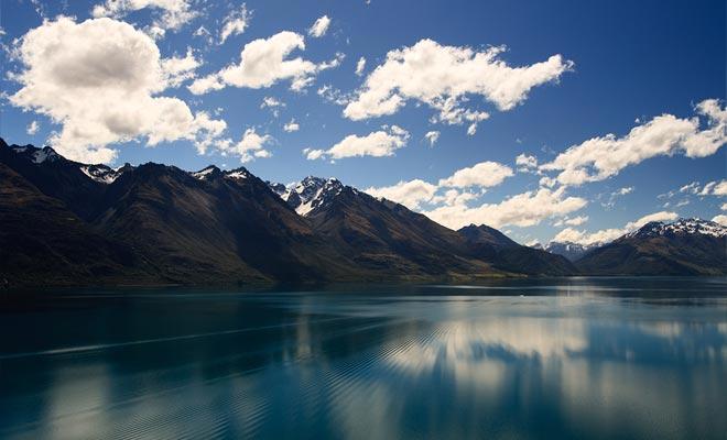 En la leyenda maorí, el lago Wakatipu estaba formado por el cuerpo de un gigante quemado durante su sueño. La oscilación del nivel del lago sería debido al latido del corazón del gigante todavía vivo!