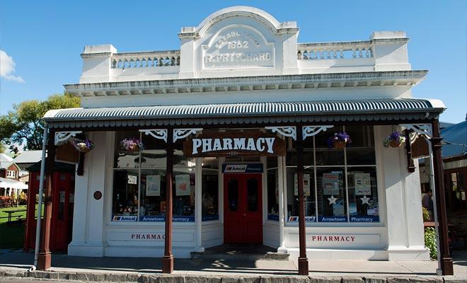 La mayoría de los edificios en la ciudad son construcciones recientes, pero todavía hay algunos edificios que datan de la era de la fiebre del oro, como la vieja farmacia.