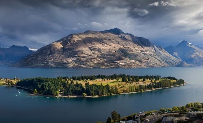La cadena de montañas que rodea el lago se llama Los Remarkables.