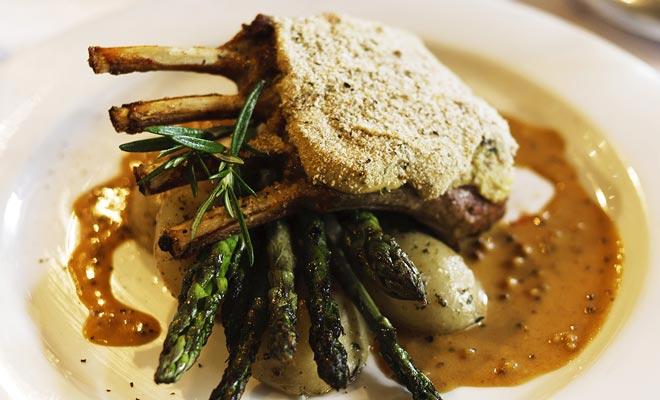 El cordero braised servido en el restaurante de los capitanes en Queenswown es un clásico de la gastronomía de Nueva Zelandia.