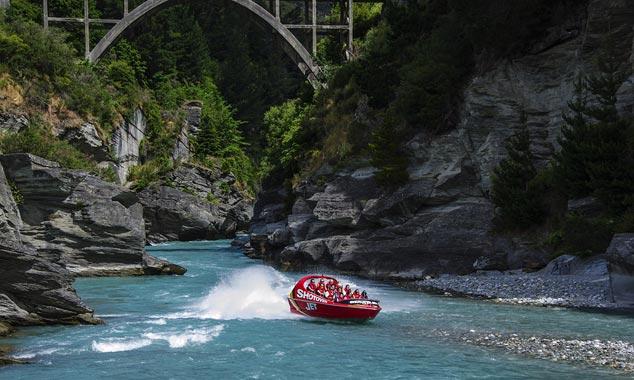 El Shotover se levanta el río que serpentea a través de un cañón.