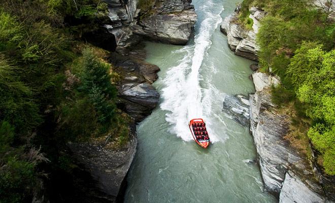 Uno no confiar a nadie para pilotar un jetboat. Antes de ser asignado la responsabilidad de conducir pasajeros en los cañones del río Shotover, los pilotos se someterán a un entrenamiento muy exigente.