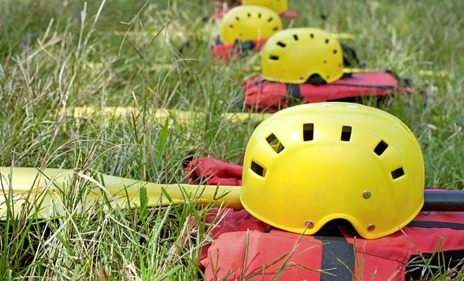 Elke deelnemer van een rafting-reis ontvangt zijn reddingsvest, helm en paddle. Uiteraard worden er uitleg gegeven om de apparatuur correct aan te passen.