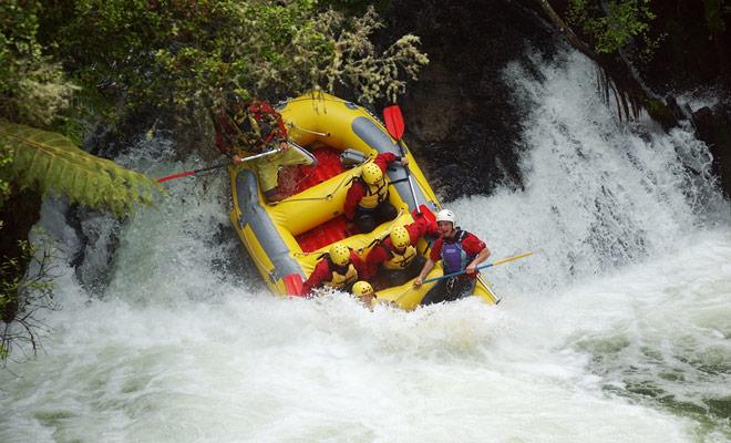 Rafting is een must-do in Nieuw-Zeeland, omdat het vulkanische terrein aanleiding heeft gegeven tot rivieren en stroomversnellingen of watervallen die afwisselen voor de vreugde van de balken.