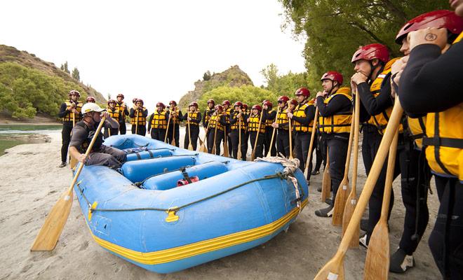 Voordat u begint aan de stroomversnelling op de rivier, ontvangt u training op het vasteland. Een gids legt de verschillende manoeuvres uiteen en geeft u de instructies die u aan de brief moet volgen.