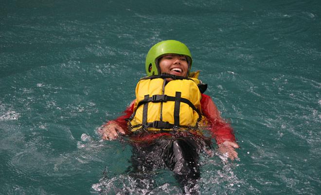 Vallen in het water is een onderdeel van het raften en er hoeft zich geen zorgen over te maken. Het belangrijkste reflex om te ontwikkelen is om jezelf te laten dragen door de stroom om de voeten naar voren en op het oppervlak te houden.