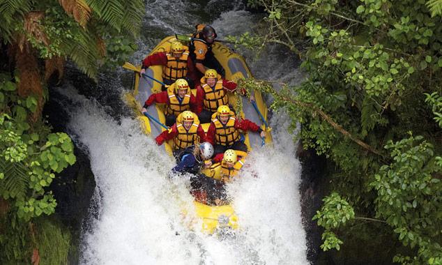 Un viaje en rafting en una cascada de Taupo.