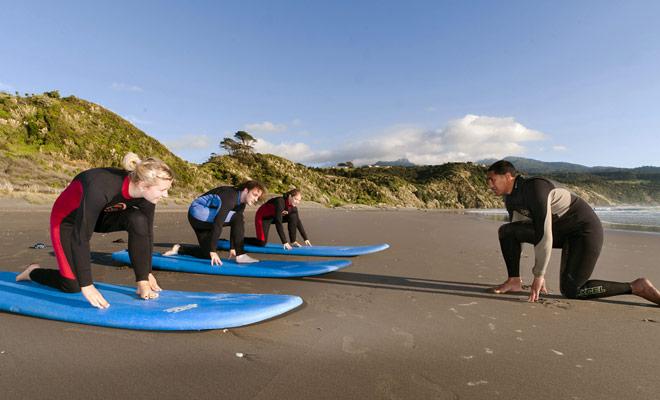 Surfscholen doen alsof je op minder dan drie uur op een surfplank staat. De repetities op het vasteland lijken makkelijk, maar eens in het water duurt het geduld om te slagen.