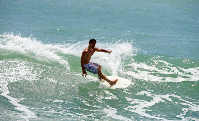 Als u tijdens uw verblijf alleen op één plaats hoeft te surfen, zou het op Raglan op het Noordelijk Eiland of bij Saint Clair (Dunedin) op het Zuidereiland moeten zijn. Maar er zijn honderden stranden in Nieuw-Zeeland en u wordt verwend voor uw keuze.