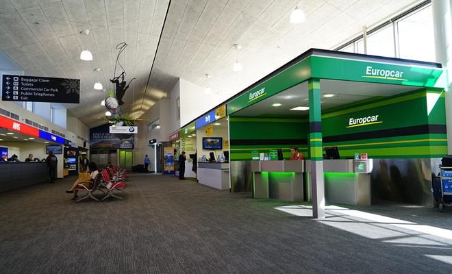 Las principales empresas de alquiler de vehículos tienen una agencia en cada aeropuerto del país. Otras marcas tienen un depósito cerca y ofrecen un servicio de transporte gratuito para conducir allí.