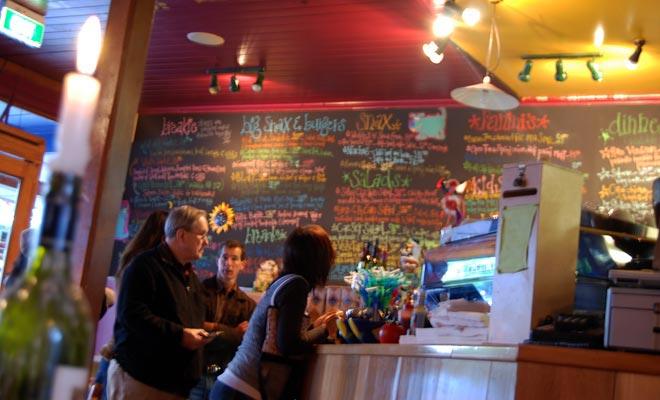 Bestellen en betalen bij de bar voor het eten is verre van een nadeel wanneer u op vakantie bent. Hiermee kunt u het restaurant sneller achterlaten om terug te komen op de weg.