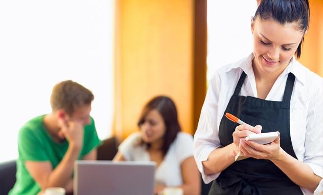 Restauratie banen betalen personeel tegen een minimumloon. Aangezien de tips laag zijn, zult u niet veel geld verdienen, maar uw werkvakantievisum biedt u niet echt andere alternatieven aan.