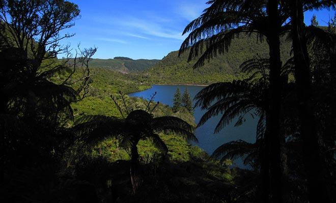 Esquí acuático y kayak son dos deportes que se pueden practicar en el lago azul.