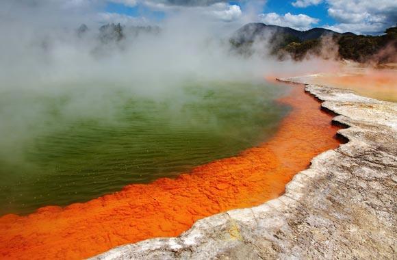 Champagne Pool es la principal atracción del parque geotérmico Wai-o-tapu. Burbujas de gas llegan a la superficie de un agua ardiente cargada con arsénico.