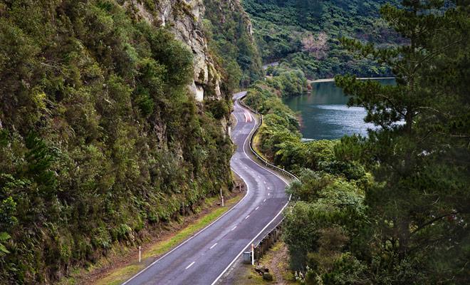 Fuera de las grandes ciudades durante la hora punta, Nueva Zelanda no sabe atascos de tráfico y no es raro conducir sin coches de crucero en la carretera.