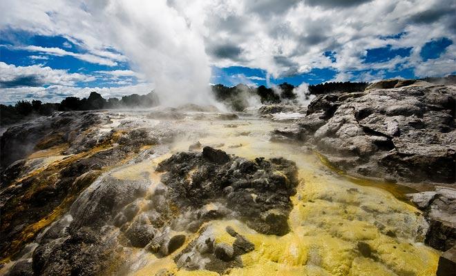La actividad geotérmica crea numerosos géiseres, y un vapor cargado de azufre se está extendiendo en muchos lugares. Algunos paisajes dan la impresión de explorar otro planeta.