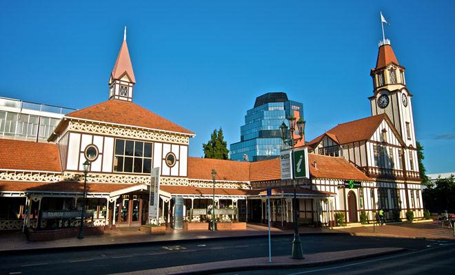 U kunt tickets voor Maori boeken rechtstreeks op het internet, of bezoek de Rotorua iSite, vlakbij de Government Gardens.