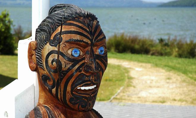 Maori cultuur is alomtegenwoordig in Nieuw-Zeeland en u zult vaak de gelegenheid hebben om sculpturen en huizen te versieren met patronen.