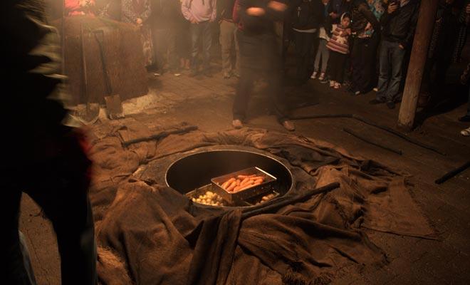 La preparación del Hangi consiste en cocinar la comida enterrándolos en brasas. Este modo de cocción da un olor especial a la comida.