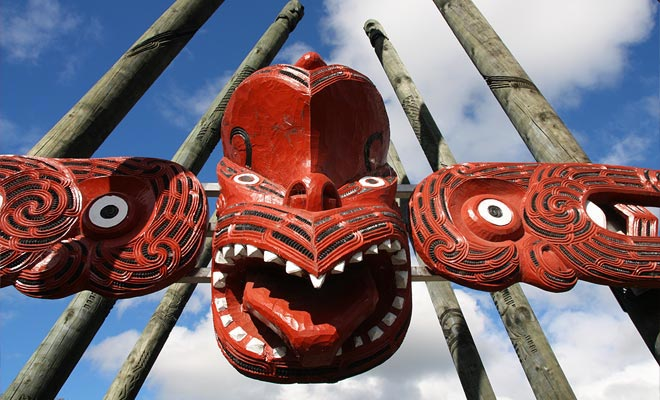 Con sus parques temáticos, instalaciones recreativas, bosques y lagos, Rotorua se ha establecido como el principal destino turístico de la Isla Norte. La ciudad en sí ofrece un gran número de moteles de neón que explican su apodo de Roto Vegas.