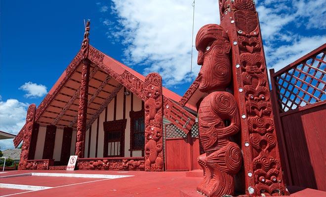 Con 35% de la población local, Rotorua tiene la comunidad maorí más fuerte de Nueva Zelanda. En ningún otro lugar del país se verían tantos símbolos relacionados con la cultura maorí.