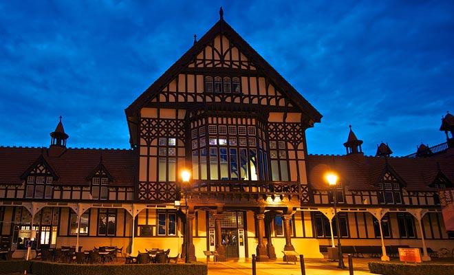 El edificio más importante de Rotorua es sin duda el museo situado en los jardines del Jardín del Gobierno. Su arquitectura original es aún más hermosa al anochecer.