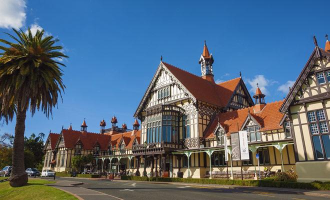 El Museo de Rotorua, construido en estilo Tudor, se ha convertido en un icono de Nueva Zelanda, junto con la Sky Tower en Auckland o el Mitre Peak del Milford Sound.