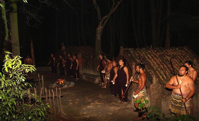 Tamaki, Te Puia y Whakarewarewa son los principales organizadores de los espectáculos maoríes. Estas iniciaciones a las costumbres locales son a menudo muy bien llevadas a cabo, pero un poco demasiado turístico.