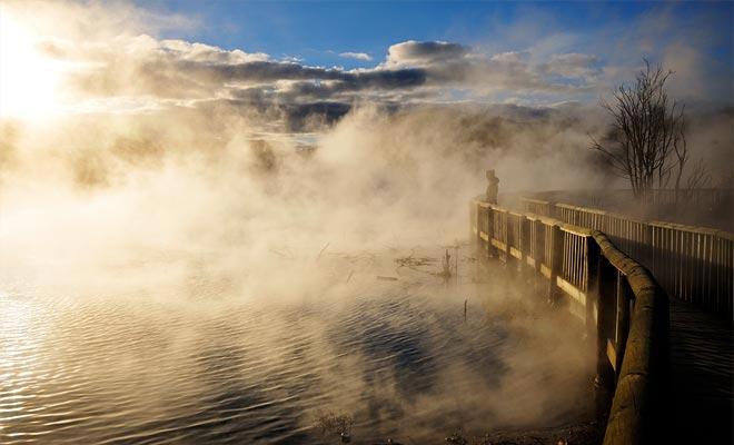 Rotorua se construye sobre el punto de unión de dos placas tectónicas. La fricción genera un fuerte calor que se eleva a la superficie o se manifiesta en múltiples formas.
