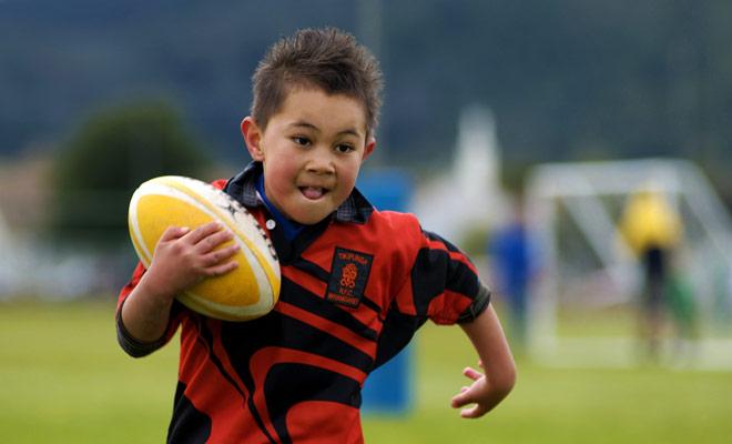 Entre los neozelandeses y el rugby, ¡es una vieja historia de amor! Este deporte se enseña en la escuela y cada oportunidad es buena para obtener una pelota oval para un juego improvisado.