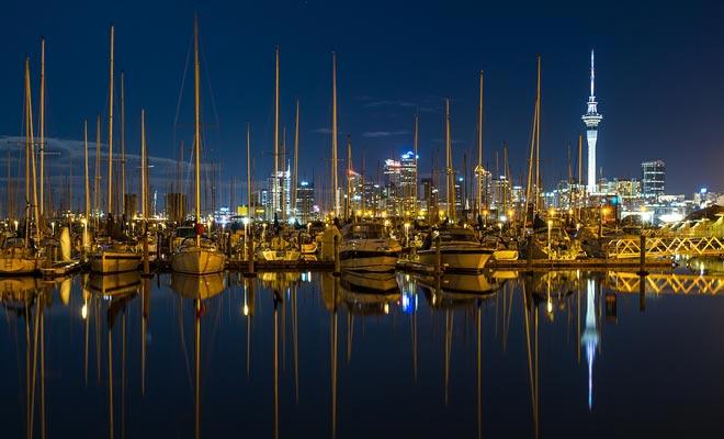 Zeilen is een van de sporten die kinderen leren op school. De meeste kiwi's weten hoe ze een zeilboot manoeuvreren en velen hebben een schip. Er zijn niet minder dan 135.000 zeilboten in de hele Auckland regio.
