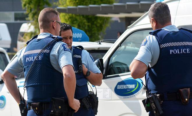 Con sus carreteras desiertas, Nueva Zelanda podría ser un infierno donde la conducción apresurada y peligrosa sería la regla Afortunadamente, este no es el caso, ya que la policía está viendo y multiplicando los radares para reducir la mortalidad.