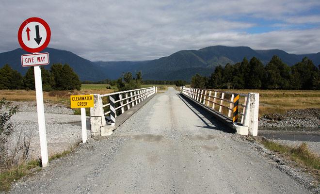 Los puentes de un solo carril están muy extendidos en Nueva Zelanda, especialmente en la Isla Sur. Observe la prioridad y conduzca a velocidad reducida sin admirar el paisaje para cruzar con seguridad.