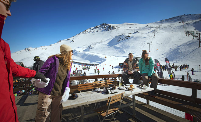 Las áreas de esquí están situadas en las dos grandes islas de Nueva Zelanda, especialmente en el centro de la Isla Norte o en la región central de Otago de la Isla Sur.