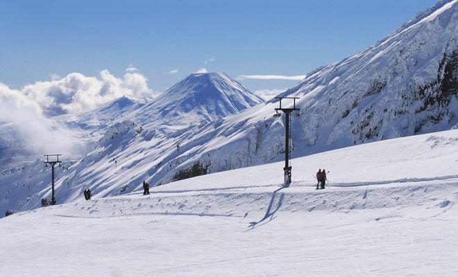 El Monte Ruapehu tiene dos estaciones de esquí diferentes: Whakapapa y Turoa, cuyas pendientes son significativamente diferentes.