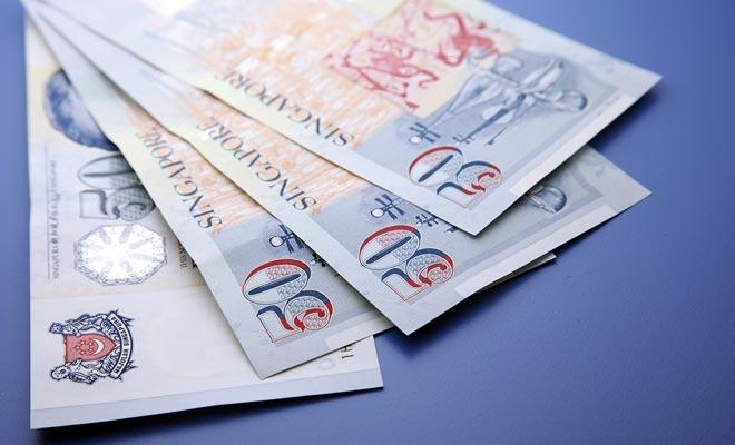 U kunt geld uit de geldautomaten van de luchthaven trekken, maar om tijd te besparen is het beter om een kleine hoeveelheid geld voor vertrek terug te trekken.