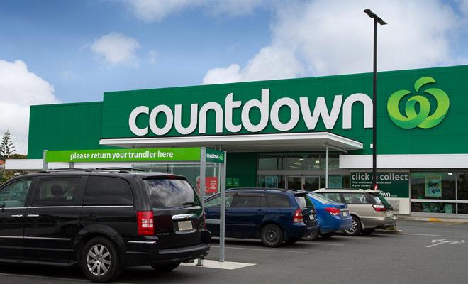 Las dos marcas de supermercados más grandes en Nueva Zelanda son las Cuenta atrás y los Nuevos Mundos, generalmente accesibles en el centro de la ciudad. Venden todos los productos imaginables, incluyendo medicamentos básicos como la aspirina.