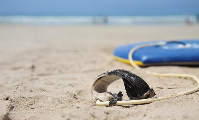 Het zou makkelijk zijn om je surfplank weg te wassen door de golven, maar de band maakt je permanent verbonden.