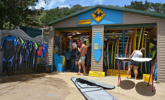 De beste surfscholen in het land zijn in Raglan op het Noordeiland en in Saint Clair op het Zuidereiland.