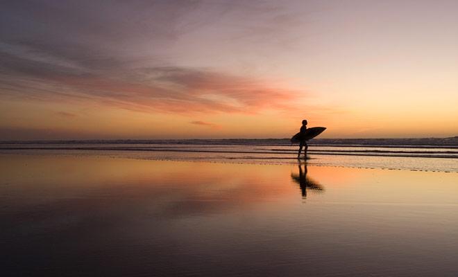 Reizen naar de andere kant van de wereld, je moet de kans gebruiken om sport te proberen die je niet de rest van het jaar oefent. Surfen maakt deel uit van deze disciplines die je minstens één keer in je leven moet proberen.
