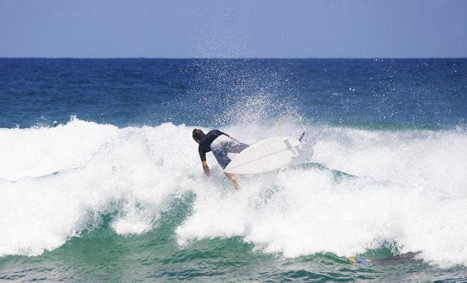 De belangrijkste ongevallen bij het surfen zijn te wijten aan schokken tussen de surfer en zijn surfplank. Om deze reden zullen beginners lessen nemen met speciale schuimplanken.