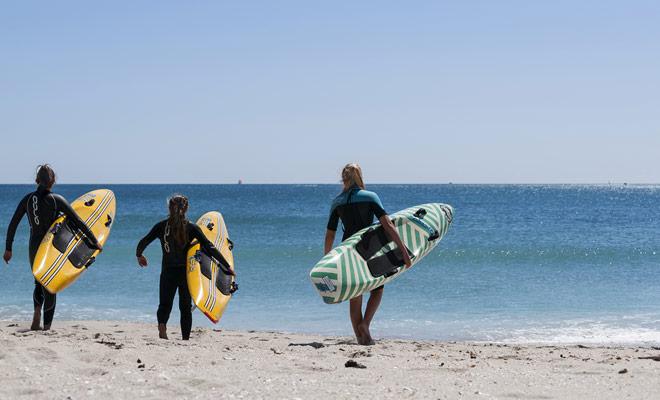 Los instructores de surf afirman que tres horas son suficientes para estar en un tablero, pero no le dicen cuánto tiempo ... Se necesitarán varias lecciones para empezar de pie.