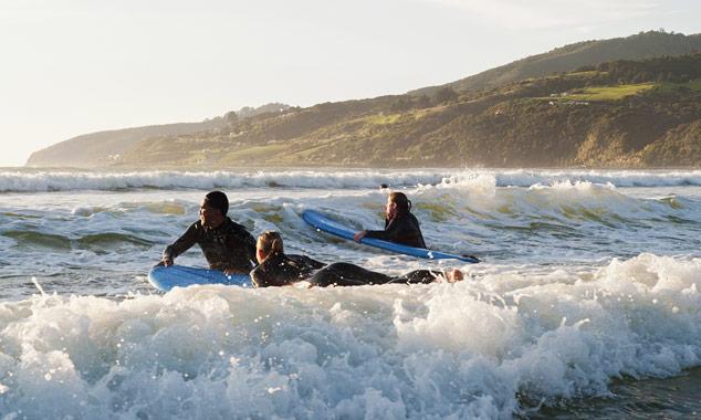 Jóvenes tomando una lección de surf.