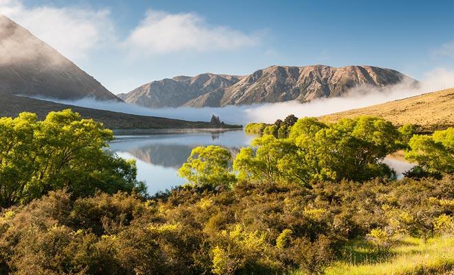 La bahía de Taupo vista desde el cielo da una idea del esplendor de los paisajes costeros de Nueva Zelanda. Observe el color turquesa del agua cerca de la orilla.