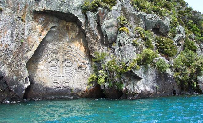 De kajak biedt toegang tot plaatsen die meestal moeilijk te bereiken zijn, zoals mariene grotten of gesneden rotsen zoals in Taupo.