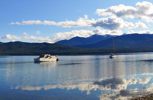 Te Anau maakt het mogelijk om reistijd te verkorten voor excursies naar Milford Sound en Doubtful Sound.